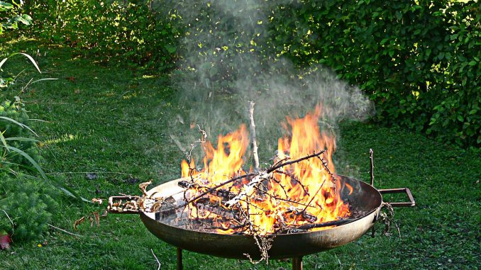 Eine Feuerschale Im Garten