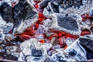 Grillholz brennt
