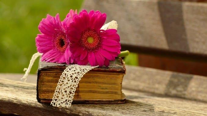 Eine Bibel mit Blume
