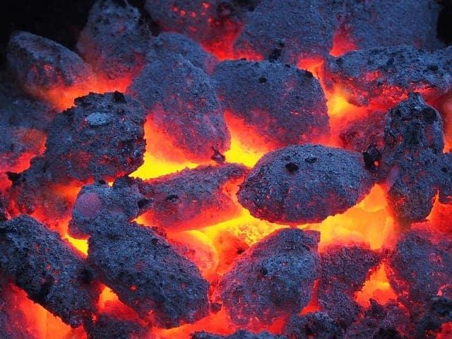 Glühende Kohle - mit Hilfe vom Anzündkamin?