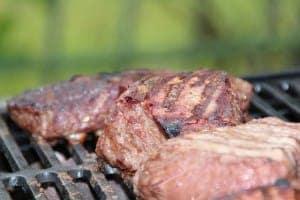 Steak grillen auf einem Holzkohlegrill